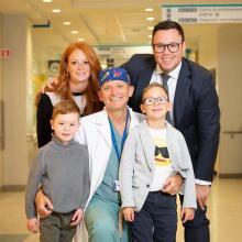Tara Sklar (mère), Jonathan (père), Hunter Rosenberg, Dr. Dan Poenaru et Stone Rosenberg