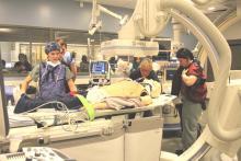 Les membres de l'équipe préparent le patient pour l'examen d'imagerie au département de radiologie d'intervention.