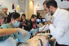 L'équipe de l'USIP prend la relève de l'équipe de traumatologie quand le patient arrive à l'USIP.