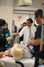 Le chef de l'équipe de traumatologie, le Dr Hussein Wissanji, chirurgien pédiatre, entretient une communication constante avec les membres de l'équipe pendant tout le processus de simulation.